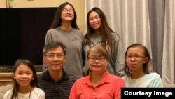 Ông Michael Nguyễn đoàn tụ cùng gia đình sau khi được Việt Nam phóng thích ngày 21/10/2020. Ảnh do gia đình cung cấp thông qua Văn phòng Dân biểu Katie Porter.