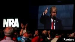 Дональд Трамп промовляє на форумі Національній стрілецькій асоціації в Атланті у штаті Джорджія