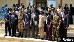 Yamoussa Camara, yang saat itu menjabat sebagai Menhan Mali, (barisan depan, nomor empat dari kiri) berfoto bersama para ahli militer dan petugas seusai pertemuan terkait krisis Mali di Bamako, 30 Oktober 2012 (Foto: dok). Pihak berwenang Mali dilaporkan telah menahan Camara, terkait pembunuhan 21 anggota pasukan payung Baret Merah.