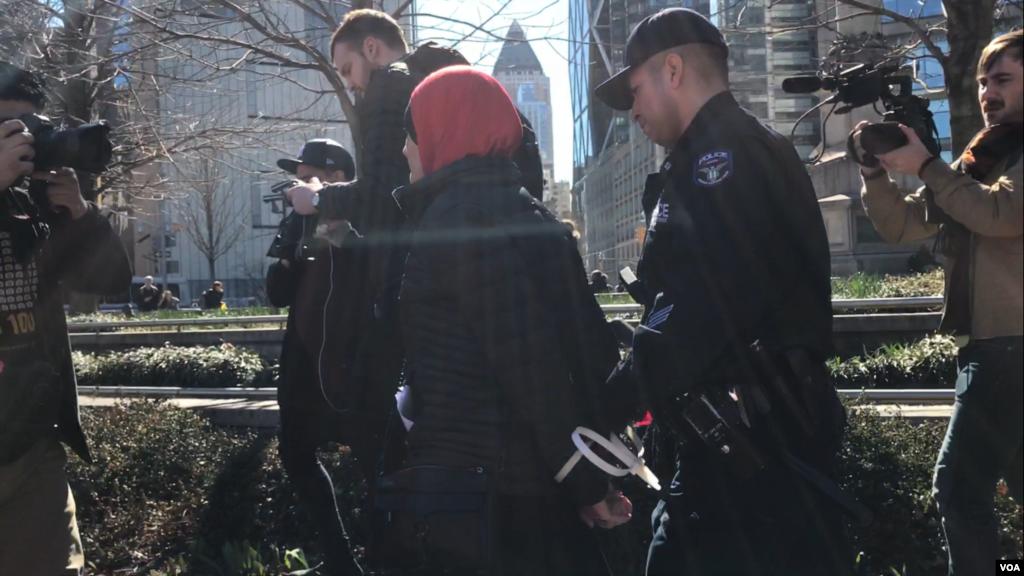 واشنگٹن ڈی سی میں پولیس ایک خاتون کو گرفتار کر رہی ہے۔