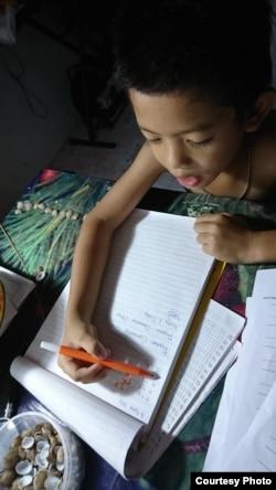 Ryuben (6) belajar matematika di rumahnya di Kutai Kartanegara, tanpa harus memakai baju. (Foto: PHI via Ellen)