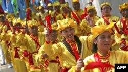 Các thành viên Pháp Luân Công chơi các nhạc khí trong cuộc biểu tình phản đối trước Ðại Sứ quán Trung Quốc trong thủ đô Jakarta của Indonesia