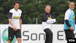 Zaccheroni (tengah) di sela-sela latihan dengan pemain Juventus. Ia akan melatih tim nasional Jepang Oktober mendatang.