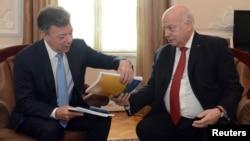 Insulza presentó el documento junto al presidente de Colombia, Juan Manuel Santos, desde la Presidencia de Colombia.