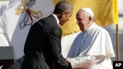 23일 바락 오바마 미국 대통령이(왼쪽) 백악관에서 프란치츠코 교황의 미국 방문을 환영하는 연설을 한 후 교황과 악수하고 있다.