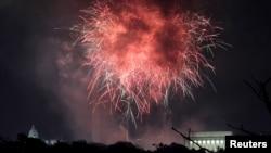 资料照:在美国国会大厦和华盛顿纪念碑以及林肯纪念堂上空绽放的独立日烟花。(2017年7月4日)