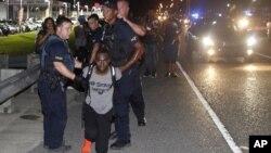 La policía empleó bombas de humo para desalojar a los manifestantes y detuvo al activista DeRay McKesson.