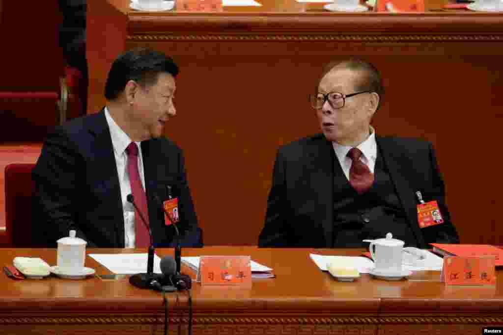 中国共产党第十九次全国代表大会闭幕式上,中共总书记习近平和前总书记江泽民交谈(2017年10月24日)。