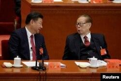 លោកប្រធានាធិបតីចិន ស៊ី ជីនពីង (រូបឆ្វេង) និយាយជាមួយនឹងអតីតប្រធានាធិបតី លោក Jiang Zemin ក្នុងកិច្ចប្រជុំបិទបញ្ចប់សមាជថ្នាក់ជាតិលើកទី១៩របស់គណបក្សកុំម្មុយនិស្តចិន វិមាន Great Hall of the People ក្នុងក្រុងប៉េកាំង ប្រទេសចិន កាលពីថ្ងៃទី២៤ ខែតុលា ឆ្នាំ២០១៧។