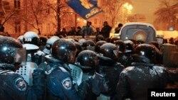 9일 우크라이나 대통령의 퇴진을 요구하는 반정부 시위가 계속되는 가운데 시위 진압 경찰이 수도 키예프 일대에 배치됐다.