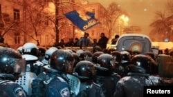 12月9日,基辅的防暴警察集合,准备拆除支持与欧盟融合的抗议者设置的路障。