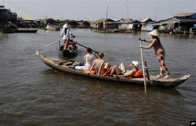 Phụ nữ Việt làm nghề đưa khách du lịch trên hồ Tonle Sap, tỉnh Kampong Chhnang, Campuchia.