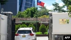 一辆外交车于2018年8月21日进入台湾驻萨尔瓦多大使馆。