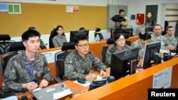 지난 3월 주한미군 부대 내 통제실에서 미군과 한국군 군인들이 가상 전술 훈련을 벌이고 있다. (자료사진)