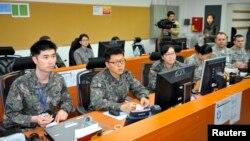 14일 북한은 한국 정부에 대북정책 전환을 촉구하며 주한미군 철수를 주장했다. 사진은 지난해 3월 주한미군 부대 내 통제실에서 미군과 한국군 군인들이 가상 전술 훈련을 벌이는 모습. (자료사진)