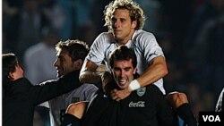 Diego Forlán celebra la victoria de la 'celeste', que pasa a semifinales de la Copa América.