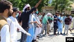 اسلام آباد میں ہایرایجوکیشن کے دفتر کے سامنے طالب علم احتجاج کر رہے ہیں۔ 15 جون 2020