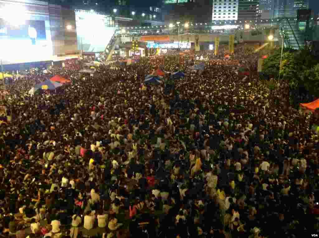 学联、学民、占中发起全民反暴力集会(美国之音海彦拍摄)