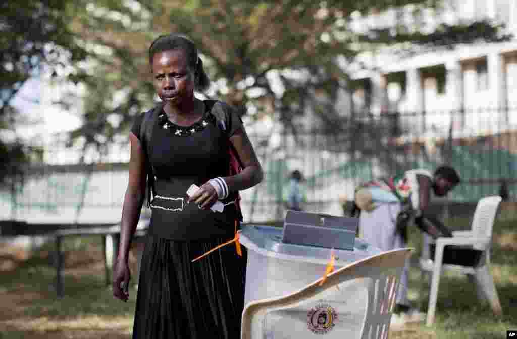 Une femme vote au bureau de vote du Théâtre National, le 18 février 2016.