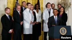 Le président Barack Obama (à dr.) conférait avec son équipe de réponse à l'épidémie d'Ebola, à la Maison-Blanche le 29 octobre 2014