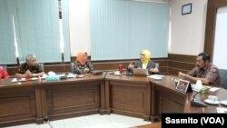 Komisioner KPAI (tengah) menemui Walikota Solo (kanan) dan Kepala Dinas Pendidikan Pemkot Solo (kiri). (Foto: VOA/Sasmito)