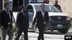 Rodjaci i advokati udovica Osame bin Ladena ulaze u zgradu suda u Islamabadu, u Pakistanu, 2. april 2012.