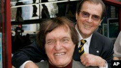Richard Kiel, primer plano, junto al James Bond de entonces, Roger Moore.