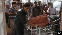 Afganos atienden a un hombre herido por la explosión de una bomba caminera en una carretera entre Herat, en el este del país, y Kandahar, en el sur, en Herat, Afganistán, el 31 de julio de 2019.