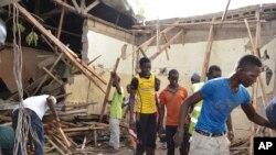 Des secouristes recherchent d'éventuels survivants après l'attaque à la raquette attribuée à Boko Haram samedi 30 mai 2015 à Maduguri, Nigeria.