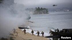 5일 포루투갈 트로이아 시에서 북대서양조약기구 NATO 군이 군사 훈련을 하고 있다.