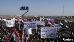Sunni Muslim melancarkan aksi protes di Ramadi, Irak (26/12).