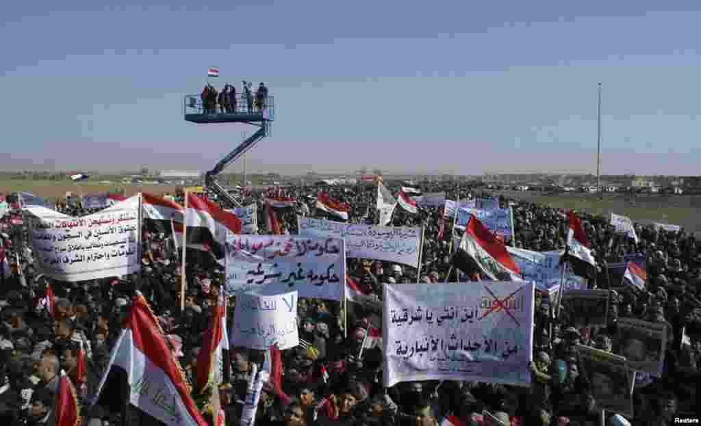 Sunni Muslim protesters take part in a demonstration in Ramadi, Iraq, December 26, 2012.