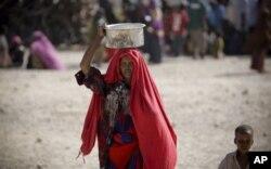 Une femme et son enfant dans centre de distribution de vivres de Mogadiscio