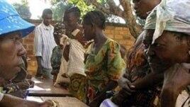 Les femmes font la queue lors d'une distribution de nourriture du Programme alimentaire mondial (PAM) à la paroisse Saint-Pierre à Gobongo, dans la banlieue nord de Bangui (Photo d'archives)