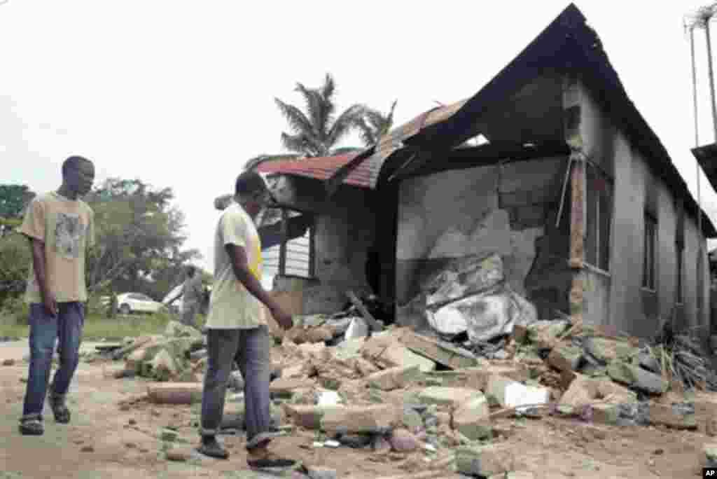 Nyumba iliyobomoka kutokana na milipuko ya mabomu katika kambi ya Gongo la Mboto karibu na Dar es Salaam