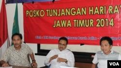 Wagub Jawa Timur Saifullah Yusuf (tengah), Direktur LBH Surabaya Faiq Assidiqie (kiri) dan Jamaludin, Koordinator Posko THR Relawan Buruh Jawa Timur (kanan) memberikan keterangan pers terkait pembukaan posko pengaduan THR, 15 Juli 2014 (Foto:VOA/Petrus)