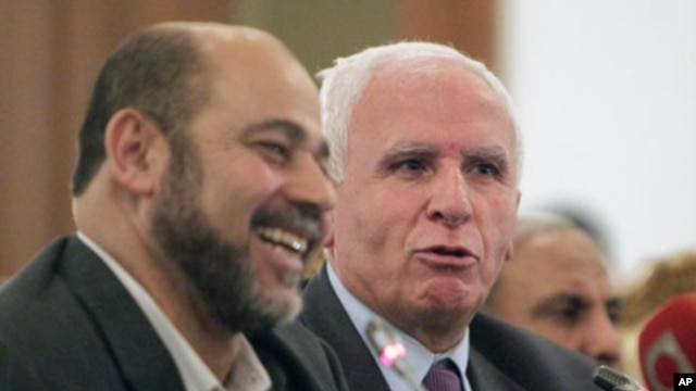 Azzam al-Ahmad (L), head of the Fatah group, and Mousa Abu Marzook, a senior member of Hamas, speak at a news conference after Palestinian President Mahmoud Abbas's Fatah group made a deal with rival Hamas to end their long-running feud, in Cairo, April 2