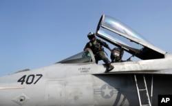 미군 전투기 조종사가 비행을 마친 후 조종석에서 내려오고 있다. (자료사진)