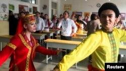 中国组织外国记者参观新疆喀什再教育训练中心的一个课堂时观看居民跳新疆舞。(2019年1月4日)