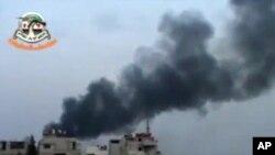 大马士革郊区在叙利亚政府军轰炸后冒起硝烟