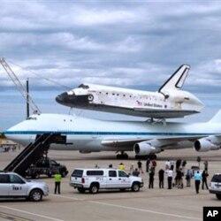 ຍານອະວະກາດ Discovery ຂີ່ຢູ່ເທິ່ງຫລັງເຮືອບິນ Boeing 747 ໄດ້ຖຶກຍົກຍ້າຍມາຈາກ ຖານສົ່ງ ຈະຫລວດ ມາຮັກສາໄວ້ທີ່ ຫໍພິພິດທະພັນ ການບິນ ແລະອະວະກາດແຫ່ງຊາດ National Air and Space Museum Steven F. Adbar-Hazy Center ທີ່ເມືອງ Chantilly ລັດ Virginia.