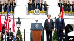 在白宫欢迎习近平的仪式上演奏两国国歌的时候,美国总统奥巴马和中国国家主席习近平立正聆听(2015年9月25日)