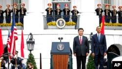 Presiden Barack Obama dan Presiden China Xi Jinping dalam upacara penyambutan tamu negara di halaman sayap selatan Gedung Putih, Washington, 25 September 2015 (AP Photo/Evan Vucci).
