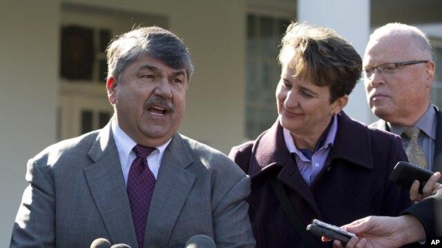 Chủ tịch Tổng liên đoàn Lao công Mỹ, AFL-CIO, Richard Trumka (trái) nói chuyện với các nhà báo bên ngoài Tòa Bạch Ốc, 13/11/12