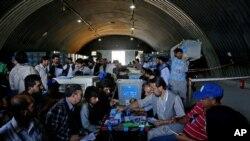 Saylov byulletenlari tekshirilmoqda, Kobul, Afg'oniston, 18-iyul, 2014-yil