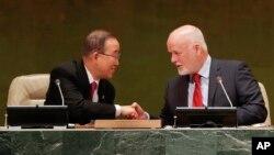 Tổng thư ký Liên Hiệp Quốc Ban Ki-moon (trái) bắt tay Chủ tịch Đại hội đồng Liên Hiệp Quốc Peter Thomson tại lễ khai mạc một hội nghị thượng đỉnh ở trụ sở LHQ, ngày 19/9/2016.