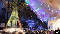 12月3日巴黎香榭丽舍大街上的圣诞市场挤满了人
