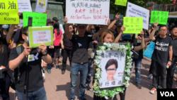 星期日(06/16)下午,纽约的香港人在曼哈顿中国城孔子塑像前集会,支持香港。(美国之音久岛拍摄)