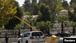 Sebuah kendaraan PBB membawa pakar dari POCW meninggalkan hotel Four Season di Damaskus (11/10).