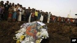 Hàng trăm người dự tang lễ các nạn nhân vụ hỏa hoạn xưởng may ở Dhaka, ngày 27/11/2012.